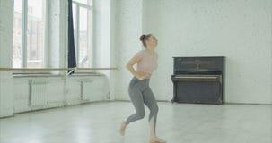 Gefrustreerde danser die na het maken van fout gillen stock footage