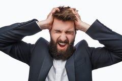 Gefrustreerde gebaarde mens die in woede gillen stock fotografie