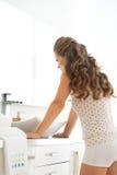 Gefrustreerde jonge vrouw die zich in badkamers bevinden Stock Afbeeldingen