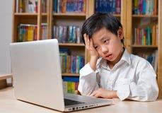 Gefrustreerde jongen in wit overhemd voor laptop computer royalty-vrije stock fotografie