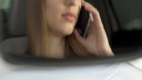 Gefrustreerde meisjeszitting in auto die op smartphone, gespannen situatie, conflict spreken stock video