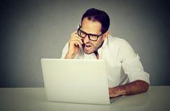 Gefrustreerde mens en het boze winkelen online gillend op telefoon royalty-vrije stock foto