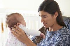 Gefrustreerde Moeder die aan Postnatal depression lijden royalty-vrije stock afbeeldingen