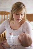 Gefrustreerde Moeder die aan Postnatal depression lijden stock fotografie