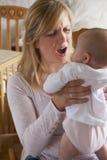 Gefrustreerde Moeder die aan Postnatal depression lijden royalty-vrije stock foto's