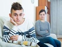 Gefrustreerde moeder en boze tiener die in binnenlandse inter ruzie maken stock afbeeldingen