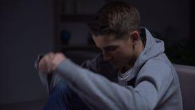 Gefrustreerde tiener die aan ouderlijke scheiding lijden, die van problemen proberen te verbergen stock video