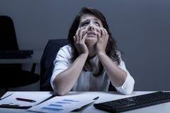 Gefrustreerde vrouw die diafragma proberen te lezen stock foto's