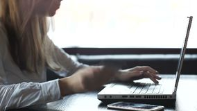 Gefrustreerde vrouw die verkeerd kaartaantal in online betalingensysteem ingaan op laptop stock footage