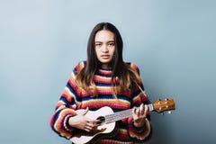 Gefrustreerde Vrouwelijke Tiener proberen te leren en Instrument die royalty-vrije stock foto