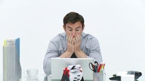 Gefrustreerde zakenman die in bureau werken stock videobeelden