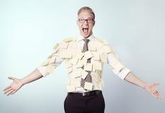 Gefrustreerde zakenman omvat door lege post-itnota's. royalty-vrije stock afbeelding