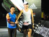 Gefundene Freunde am Marathon-Ende stockfotos