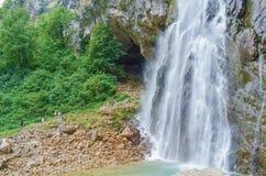 Gega siklawa w górach Abkhazia Grupa ludzi obok to obraz royalty free