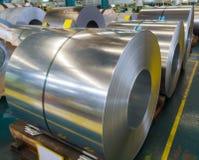 Gegalvaniseerde gerolde staalplaat in rol in productie, grondstof voor vele industrieën stock foto