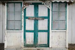 Gegangenes Fischereizeichen bei zwei alten Türen Stockfotos