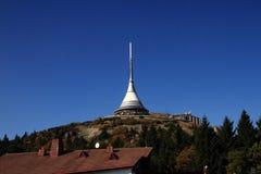 gegekscheerde toren en blauwe hemel Stock Foto