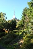 gegekscheerde toren en blauwe hemel Stock Afbeeldingen