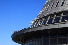 gegekscheerde toren en blauwe hemel Stock Afbeelding