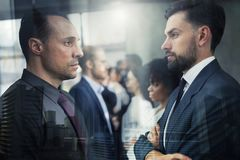 Gegenüberliegender Geschäftskonkurrent bereit, die Geschäftsstrategie zu beginnen stockbild
