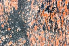 Gegenüberstellen der Wand der gelockten Stücke Marmors Keller des Gebäudes Stockfotografie