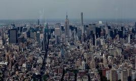 Gegenüberstellender Nordschuß des Empire State Building und des Midtown Manhattans vom Finanzbezirk stockbilder