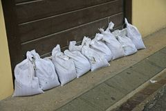 Gegen Überschwemmung des Flusses zu schützen Sandsäcke, sich während des flo Lizenzfreies Stockbild