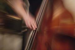 Gegen-Bassspielerausführung auf der Bühne Stockfotografie