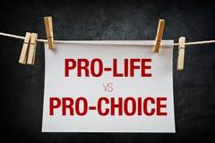 Gegen die Abtreibung gegen für das Recht auf Abtreibung, Abtreibungskonzept Lizenzfreie Stockfotos