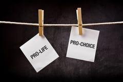 Gegen die Abtreibung gegen für das Recht auf Abtreibung, Abtreibungskonzept Lizenzfreie Stockbilder