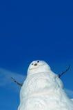 Gegen einen blauen blauen Himmel Stockbild