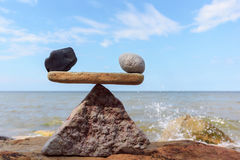 Gegengewicht von Steinen stockbild