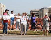 Gegenprotestors an einer Sammlung, zum unserer Grenzen zu sichern Stockfoto