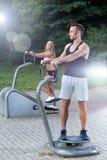 Gegenseitiges Training in einem Park Stockbild