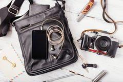 Gegenstände auf hölzernem Hintergrund: Ledertasche, Kamera, Smartphone Lizenzfreie Stockbilder