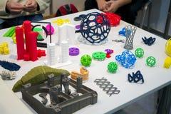 Gegenstände druckten auf Drucker des Metall 3d und Drucker, der Plastiknahaufnahme druckt Stockfoto