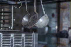 Gegenstände in einer Küche eines Gasthauses lizenzfreie stockbilder