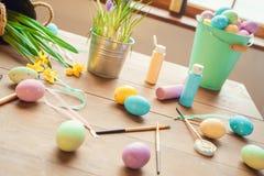Gegenstände für die Eier, die kreative Idee keine Leute färben lizenzfreie stockfotos