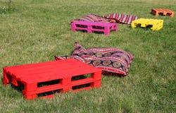 Gegenstände für Rest auf dem Gras Stockfotografie