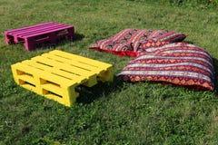 Gegenstände für Rest auf dem Gras Stockfoto
