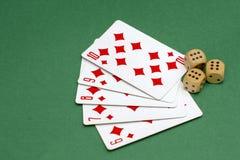 Gegenstände für spielenden Schürhaken in den Kasinokarten und spielende Würfel, Würfel stockfotos