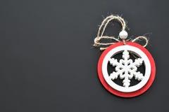 Gegenstände für Weihnachtsdekorationsschnee färben rotes und weißes Hintergrundschwarzes stockfotografie