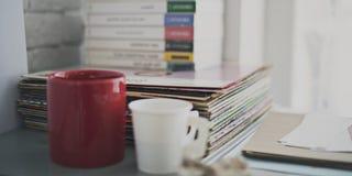 Gegenstand-Buch-Plattenspieler-Aufzeichnungs-Kaffee-Konzept Stockfotografie