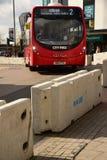 Gegenterroriststraßensperre und Bus Southampton Stockfotos