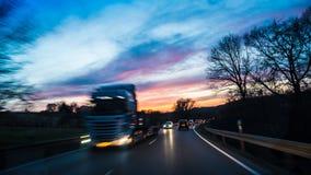 Gegenverkehr nachts Lizenzfreie Stockfotos