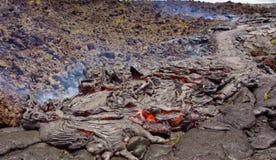 Gegenwärtige Lava auf der Erdoberfläche Flüssige Lava stockfotos