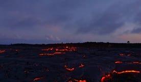 Gegenwärtige Lava auf der Erdoberfläche Flüssige Lava lizenzfreies stockfoto