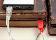 Gegevens die via usbkabel van moderne portab overbrengen Stock Foto's