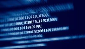 Gegevens nummer 0 en 1 van de technologie de digitale binaire code over de blauwe donkere achtergrond van het computerscherm stock fotografie