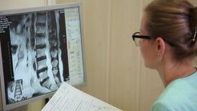 Gegevens verwerkt tomografielaboratorium Aftasten medische test /examination in het modern ziekenhuis De machine en de schermen v stock video
